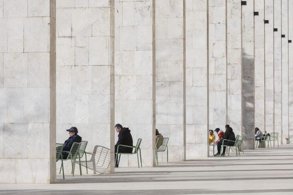 Laurian Ghinitoiu from Romania dotřetice s fotografií Skanderbegova náměstí v albánské Tiraně —Laurian Ghinitoiu/APA19/Sto