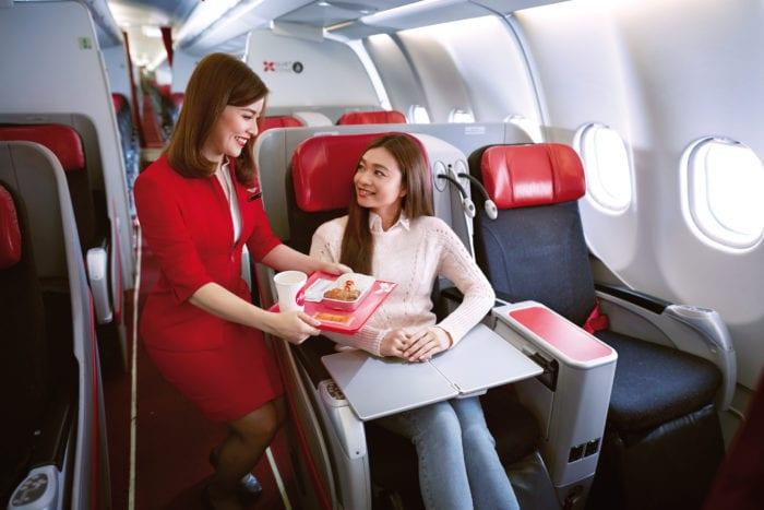Jídlo z letadla ve fast foodu? Aerolinka AirAsia otevřela netradiční restauraci