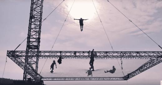 Salta 40 metrů nad zemí. Ve Slovinsku vyrostla největší trampolína na světě