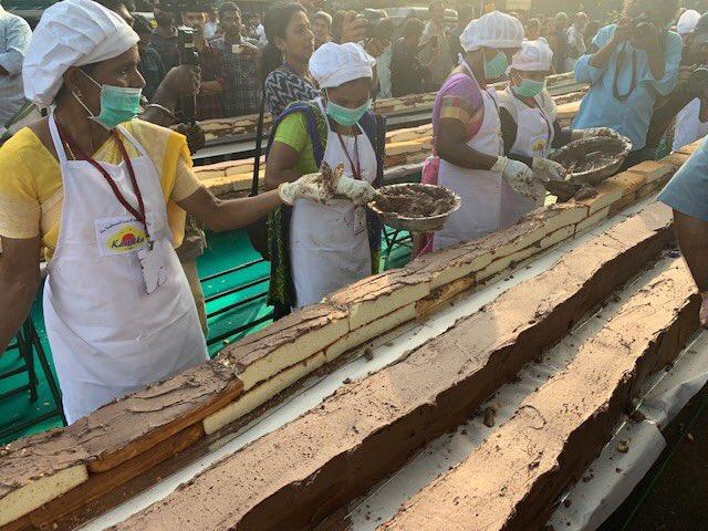 Indičtí pekaři vyrobili nejdelší koláč na světě