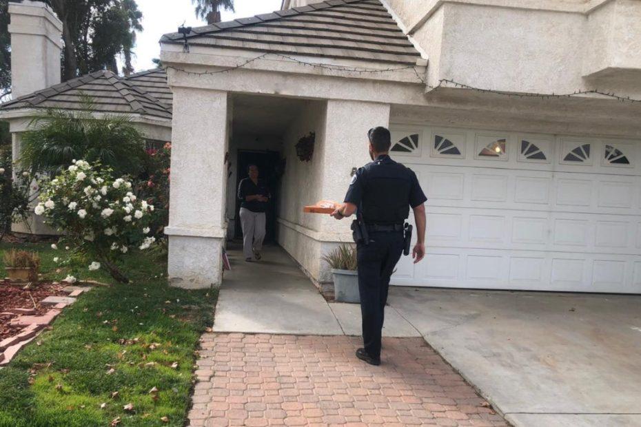 Policista doručuje pizzu místo zatčeného poslíčka